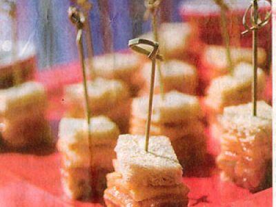 Club sandwich met gemarineerde zalm, gerookte paling, koriander en sesam, yoghurt met gember en soja