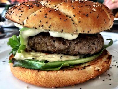 Hamburger Angus met tzatziki, berloumi en gepekelde rode ui