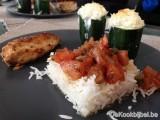 Gevulde courgettes met warme tomatenvinaigrette, kip en rijst