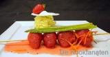Spiesje van aardbeien met aspergeijs en eiwitkoekje