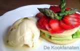 Taartje met gekarameliseerde asperges in vanille, geflambeerde aardbeien en aspergesijs