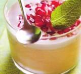 Bavarois van yakult en amandelen met crème van groene thee en granaatappel
