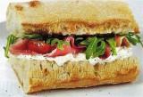 Broodje met ham en tomaatjes