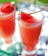Bruisende cocktail met aardbei en meloen
