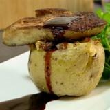 Gevulde aardappel met gebakken eendenlever en gedroogde ham