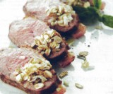 Gegrilde rabarber met gerookte eend en crumble van ananassalie, roggevlokken en peterseliewortel