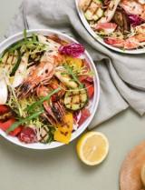 Kleurige salade met gegrilde groenten en gamba's