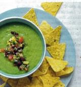 Groene gazpacho met salsa en nacho's