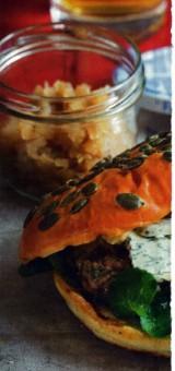 Gegrilde beefburger met blauwe kaas en een relish