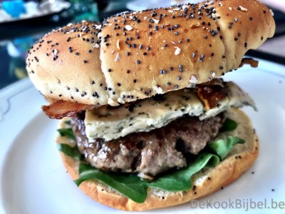 Hamburger Angus, Danish Blue, gekarameliseerde walnoten