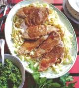 Kalpslapjes en tagliatelle met peterselie-amandel pesto