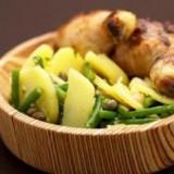 Kippenboutjes met aardappelsla en bonen