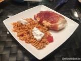 Gevulde kipfilet met geitenkaas, tomaat en pasta
