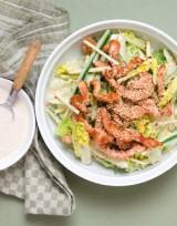 Salade met reepjes kip, komkommer, appel en sesam