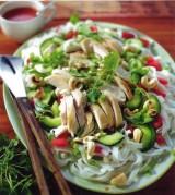 Salade van kip met noedels en cashewnoten