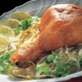 In deeg gebakken kippenbouten met witte kool en limoen