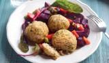 Kip-Bulgurballetjes met salade van rode bieten en wortelen