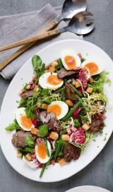 Salade met kippenlevers, spekjes en croutons
