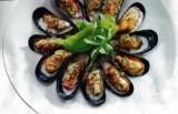 Salade met gegratineerde mosselen