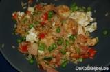 Nasi goreng, kip, scampi, ham, erwten, rode paprika, lente ui