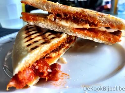 Panini met chorizo, mozzarella en tomatentapenade