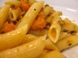 Salade van warme pasta met pompoen en feta