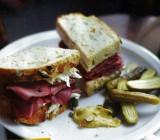 Sandwich met pastrami en koolsla