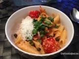 Romige pasta met ricotta, zure room, paprika en zongedroogde tomaten