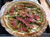 Pizza van bladerdeeg met groene asperges en gegrilde courgette