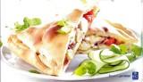 Pizza calzone met artisjok, tomaat en Serranoham