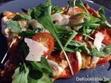 Pizza met chorizo en kerstomaten