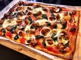 Pizza met chipolata balletjes en spinazie