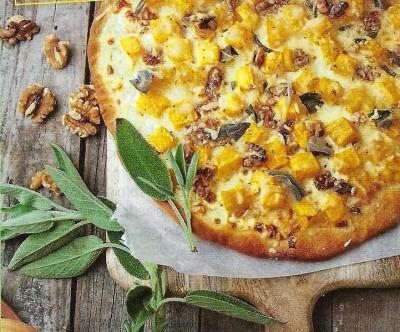 Pizza bianco met pompoen, salie en walnoot
