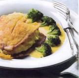 Goudgebakken gevulde pladijsfilet met romige botersaus en broccoli