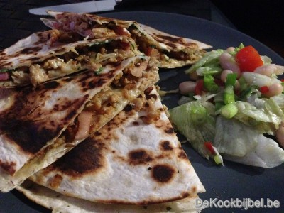 Quesadilla met kippengehakt, spek en ui