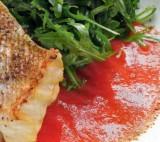 Gegrilde roodbaars met paprika-tomatensaus