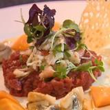 Gemalen rundvlees (Americain) en krab met zoetzure groenten en een kaaskoekje