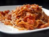 Italiaanse tomatensaus met spek en Chili