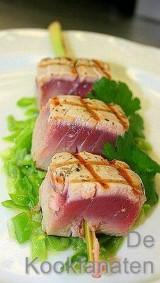 Nootjes van gegrilde tonijn met citroengras, gesauteerde gesnipperde groene boontjes