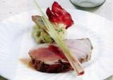 Gebraden varken (heupstukje) met stoemp van witloof en reepjes gerookt spek