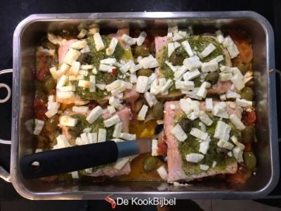 Zalm met pesto, olijven en feta in de oven